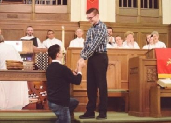 Iglesia Metodista Ovaciona De Pie Propuesta De Matrimonio Gay