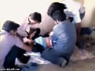 شاب يربط خطيبته بحبل في رقبتها ويغتصبها ويسجلها فيديو !!!!