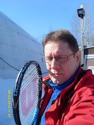 Tenniksen alkeiskursseja sisä- ja ulkokentillä tilauksen ja sopimuksen mukaan