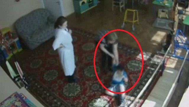 Φρίκη: Γυναίκα σπάει το χέρι τυφλού παιδιού σε κέντρο για παιδιά με ειδικές ανάγκες! (βίντεο)