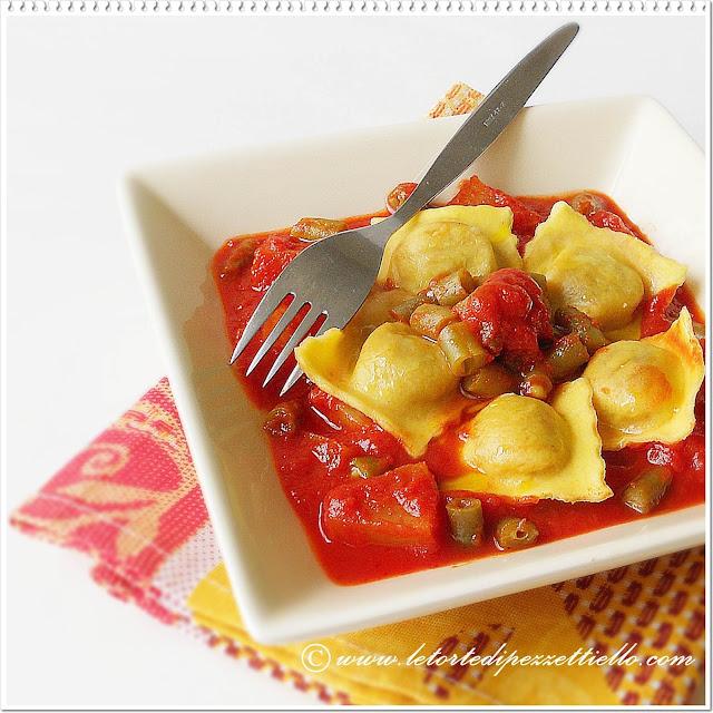 Ravioli con patate e fagiolini al sugo