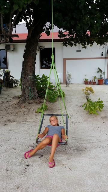 Macarena disfrutando en una hamaca maldiva