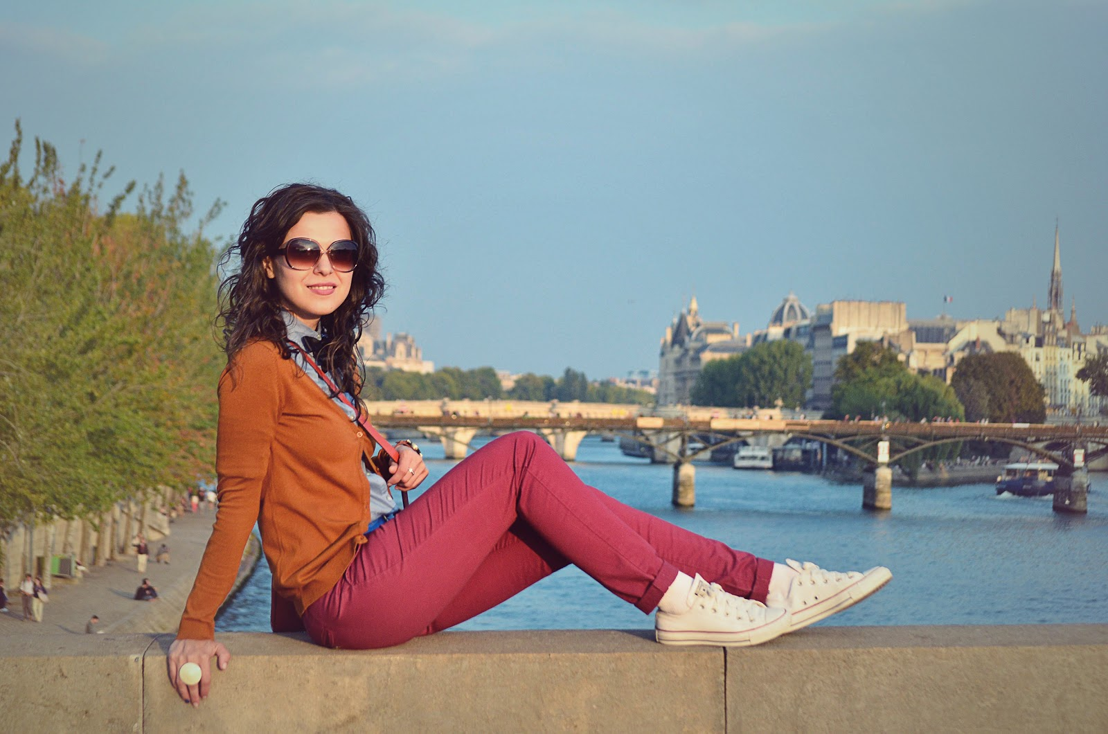 preppy fall outfit paris burgundy pants h&m seine jardin de Luxembourg sunset eiffel tower bow tie orange bag the bag shop blue shirt holiday