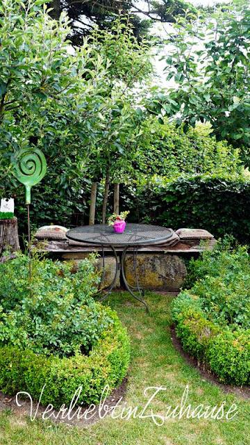 Sitzecke im Grünen. Einfassung Rosenbeet mit Buchsbaum
