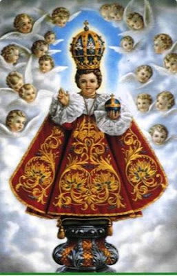 El milagroso Niño Jesus de Praga rodeado de angeles, bendiciendo y con el globo terraqueo en la mano.