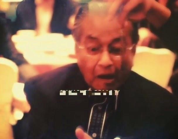 VIDEO AKSI MENCUIT HATI TUN DR MAHATHIR YANG TERKEJUT MELIHAT AKSI SILAP MATA