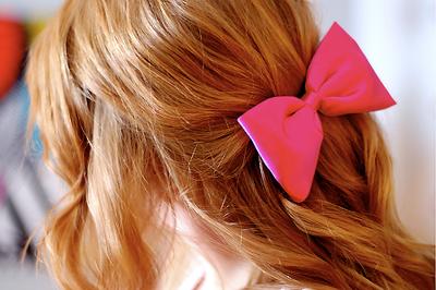 Los accesorios son de mucha ayuda, ya que si no quieres complicarte con un peinado, puedes hacerlo mas simple agregando algo lindo a tu cabello.