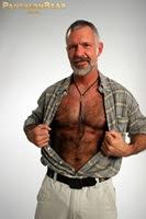 Tiozão Sexy: maduro de barba branca e peito peludo.