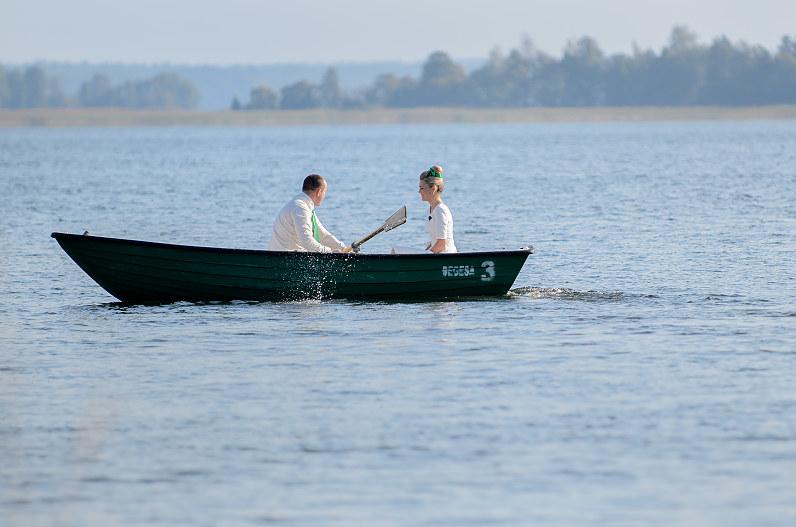 jaunavedžiai plaukioja valtyje