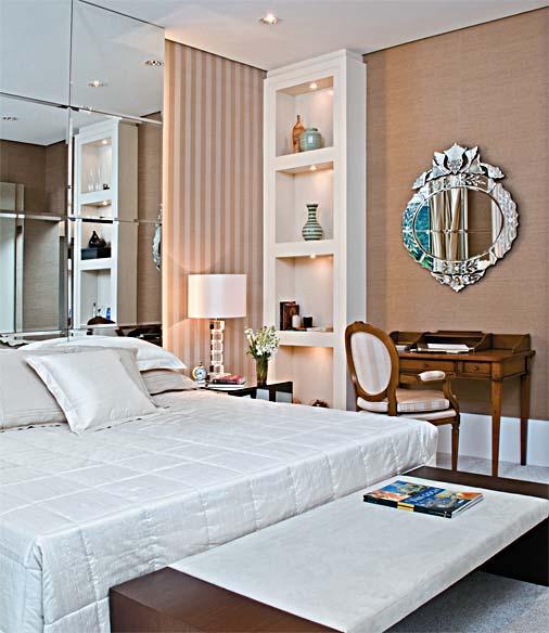 decoracao de interiores quarto de casal:Sem contar no espelho veneziano sobre a mesa antiga, charme puro!