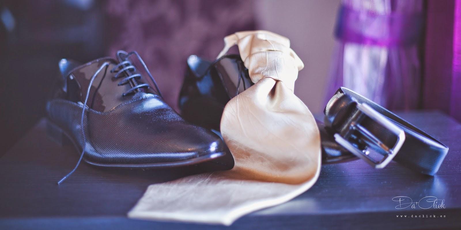 corbata zapatos y cinturón de traje de novio