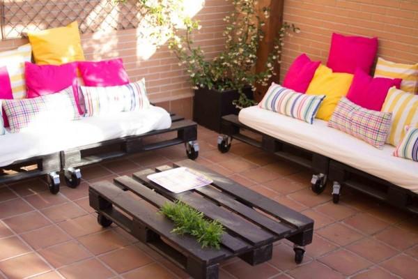 Peque a terraza amueblada nicamente for Colchonetas para sofas de palets