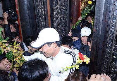Trong đêm khai ấn đền Trần (Nam Định), không chỉ , cả nghìn người dân còn chen nhau chui vào đền, giành giật hoa và cành lộc trên ban thờ mang ra ngoài khiến buổi lễ trở nên hỗn loạn.