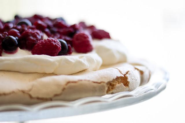 Pastel Pavlova con frutos rojos, frambuesas, fresas y arándanos