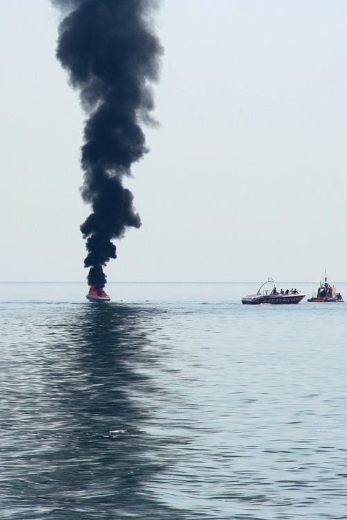 моторная лодка горит