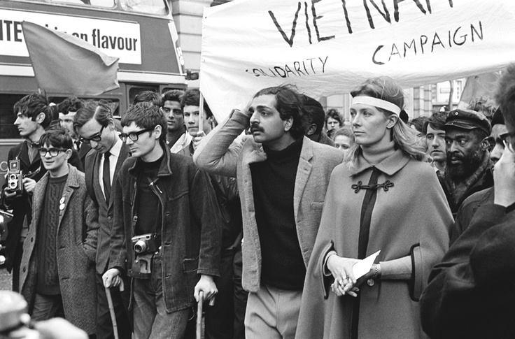 1968: Ο Στήβεν Χώκινγκ (με τα δυο μπαστούνια) σε διαδήλωση ενάντια στον πόλεμο του Βιετνάμ.