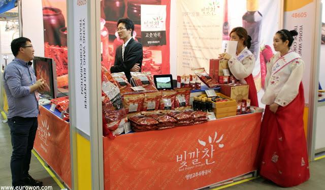 Coreanas vistiendo hanbok en puesto de alimentación