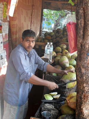Разделка кокоса. Индус разрубает кокос мачете