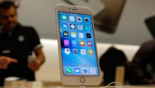 Ponsel terbaru Apple, iPhone 6S dipajang dalam Apple store di Chicago's Magnificent Mile, Chicago, 25 September 2015. Ratusan penggemar Apple mengantre untuk membeli ponsel ini beberapa hari sebelum diluncurkan. AP-Kiichiro Sato