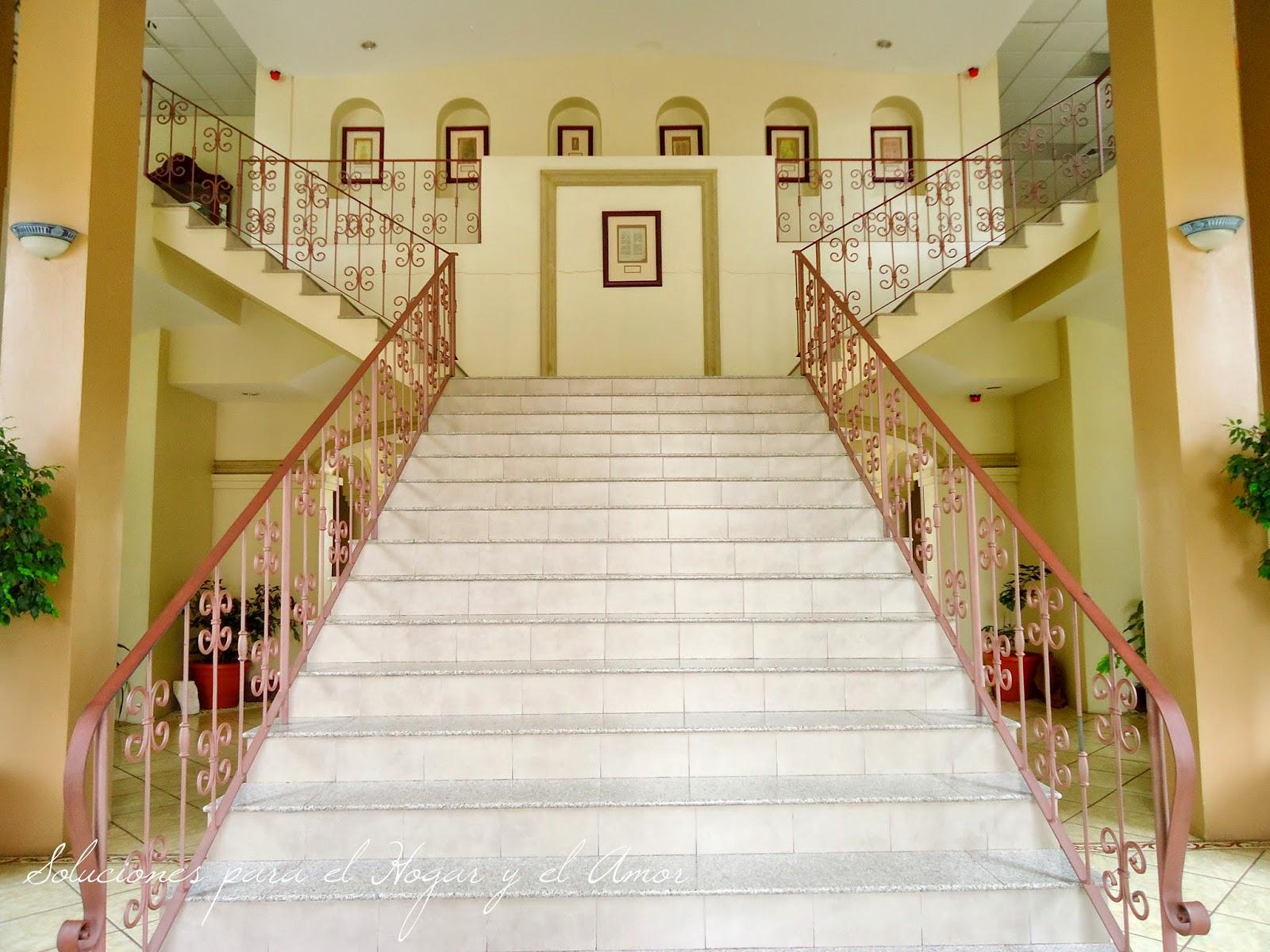 imponente escalera, barandas de forja, piso de marmol, vestíbulo elegante