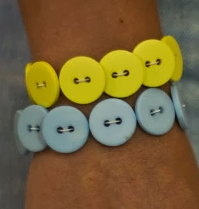 http://lasmanualidades.imujer.com/2008/06/02/pulseras-con-botones