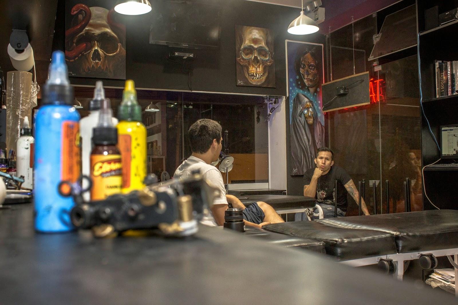 El vicio de escribir: Aaron Sotomayor: Un tatuador apático no puede ...