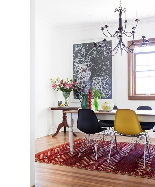 mesa rustica con sillas eames