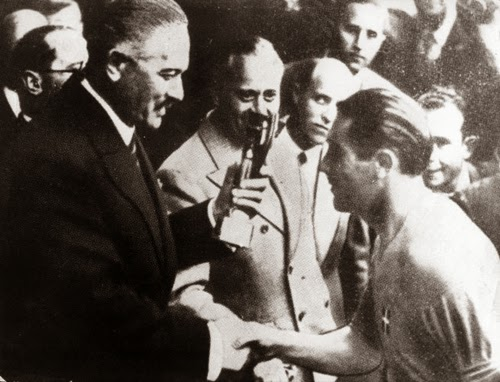 Capitão italiano recebendo a taça Jules Rimet