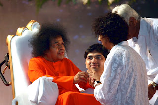 Sonu Nigam taking blessings from Sri Sathya Sai baba