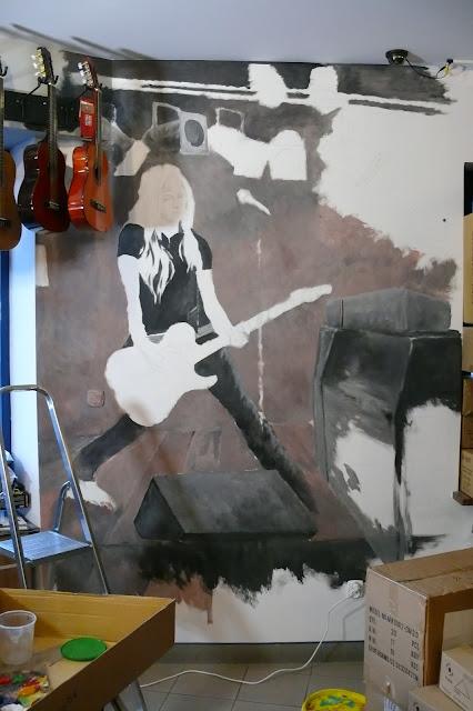 Malarstwo ścienne, malowanie obrazu na ścianie jako wystrój sklepu muzycznego
