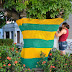 Artesãs de São Gonçalo decoram árvores com crochê para a Copa do Mundo