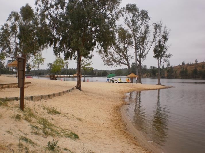 Areia Junta á água com eucaliptos para dar sombra