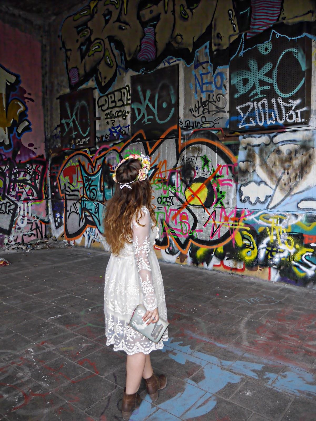 Street Style, fashion blogger, egoblogger, De mayor quiero ser egoblogger, blogger moda, boho lace dress, vestido encaje boho, corona flores, floral headband, clutch libro, book clutch, Olympiazentrum S-Bahn, Olympiazentrum Geisterbahnhof