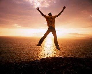 homem pulando de alegria por ter passado no cfo 2012