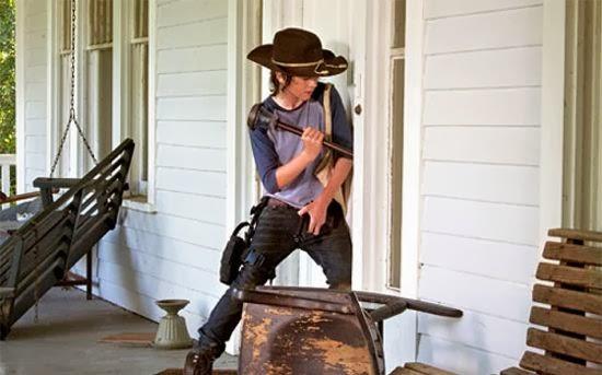 El pequeño Carl intenta derribar una puerta
