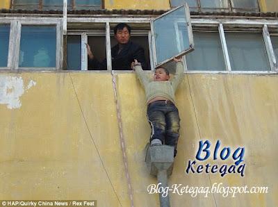 Budak terperangkap diluar bangunan tingkat 3