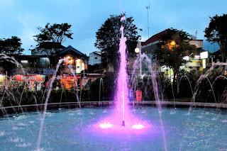 Air Mancur Warna ungu di Alun ALun Kota Batu