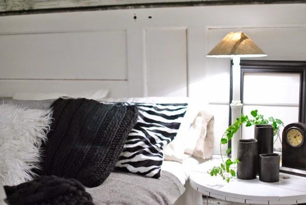 svartvitt gammal dörr som sänggavel