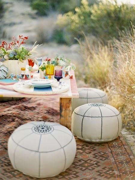 Pufy przy piknikowym stole