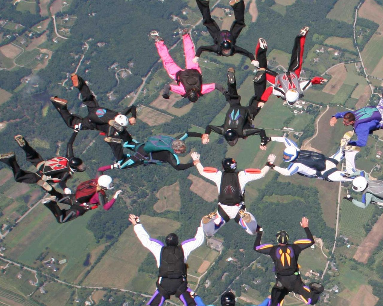http://1.bp.blogspot.com/-dZZTob7V4uw/Te-rPk55RPI/AAAAAAAAAXU/-rZkgPGtYyk/s1600/skydiving%2Bwallpaper.jpg