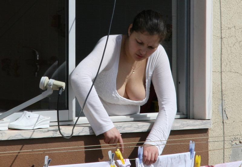 espiada vecina tendiendo ropa watch,