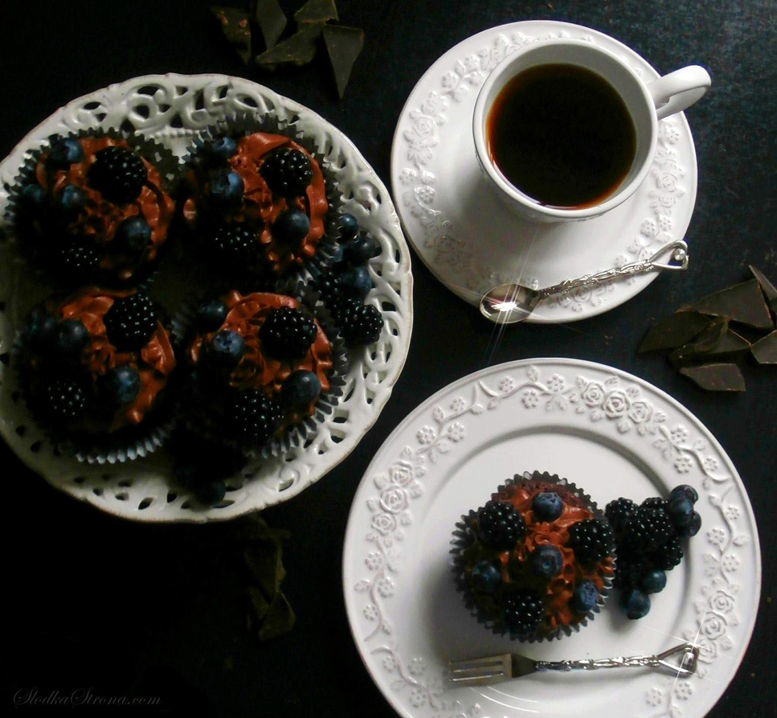 Czekoladowe Babeczki z Jagodami i Jeżynami - Przepis - Słodka Strona