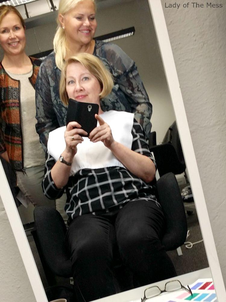 Lady oikeansävyisissä meikeissä värianalyysin jälkeen