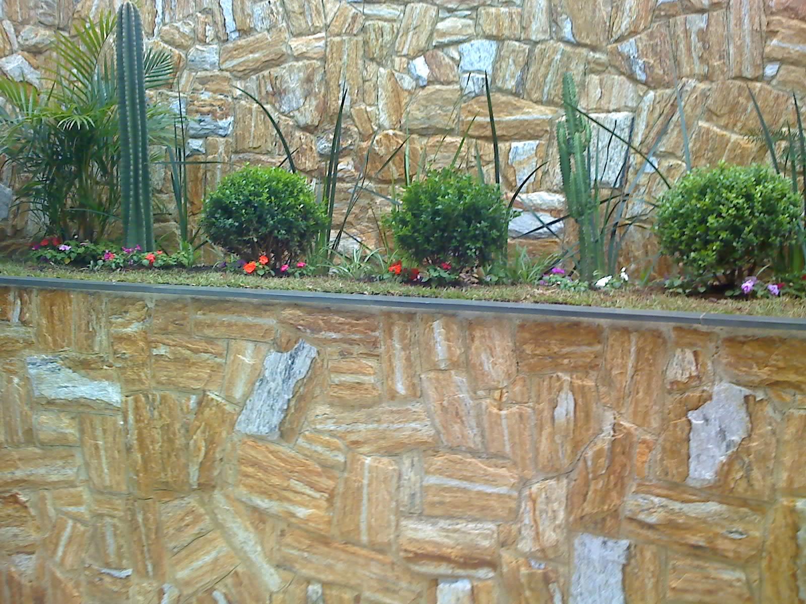 pedra miracema jardim:Dois muros em pedra madeira bruta com jardim .