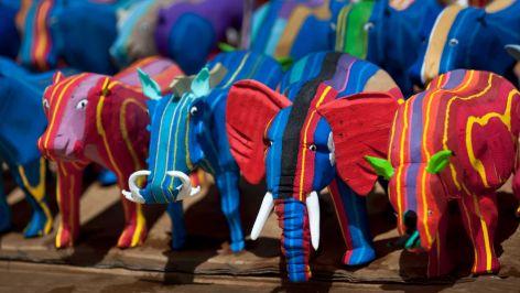 ANAK patung haiwan yang dihasilkan daripada selipar terpakai di Nairobi, Kenya.