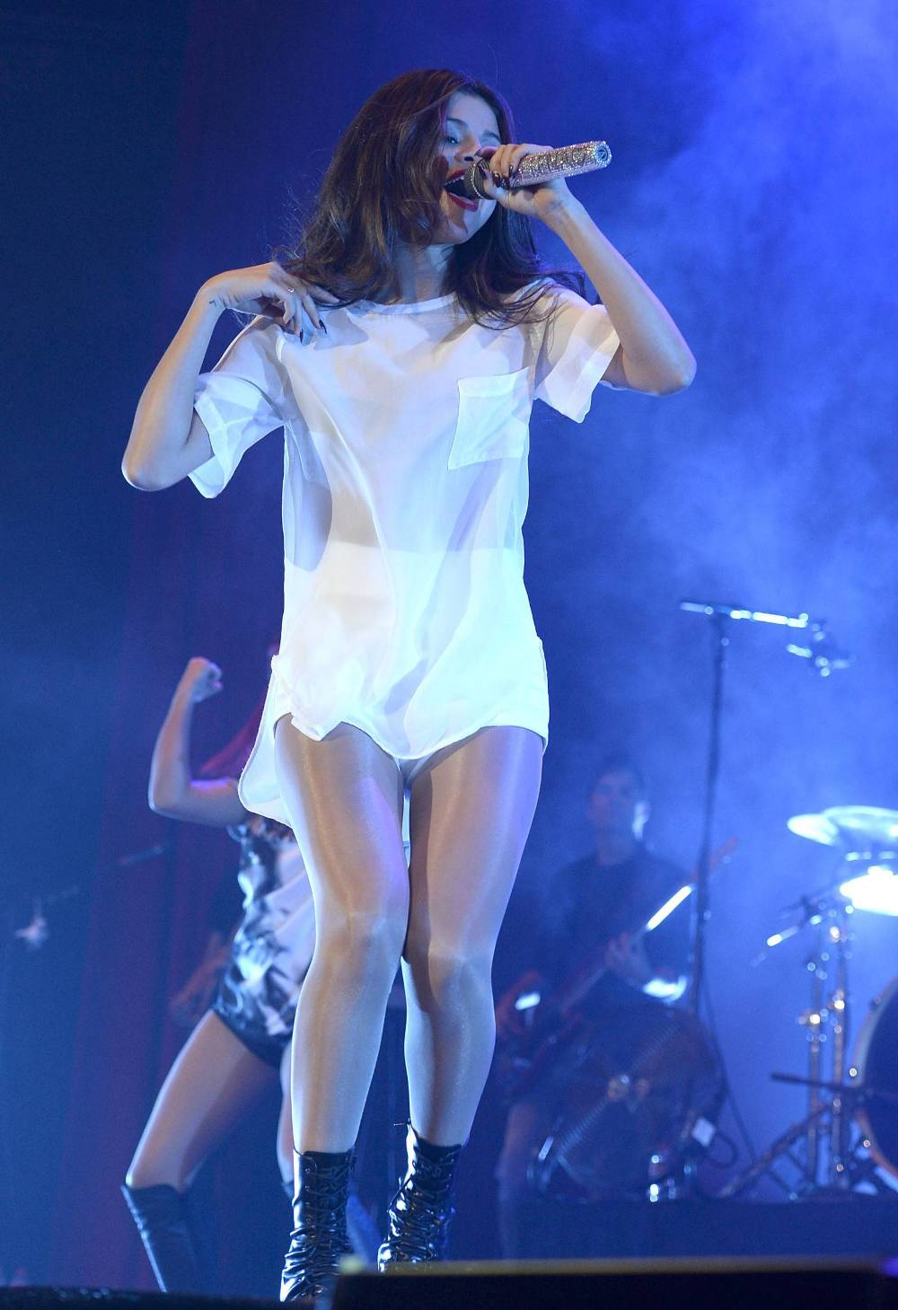 Selena Gomez Pussy Lips Flashing on The Stage Performs Live in Madrid