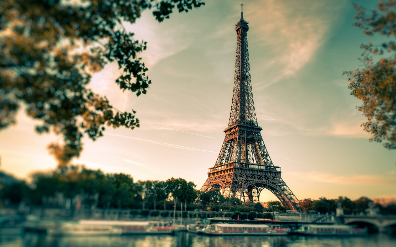 http://1.bp.blogspot.com/-darKdq0dEi8/UC-mtZW2CCI/AAAAAAABER0/Y8qm7nUNP3g/s1600/lovely-eiffel-tower-view-1920x1200-wallpaper-torre-de-paris.jpg