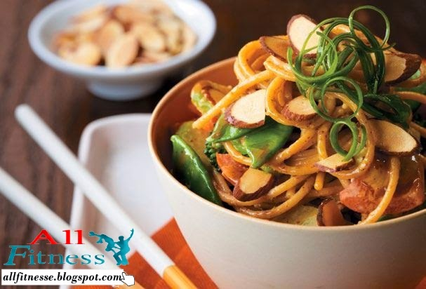 Asian Noodle Bowl with Spicy Almond Sauce All Fitness