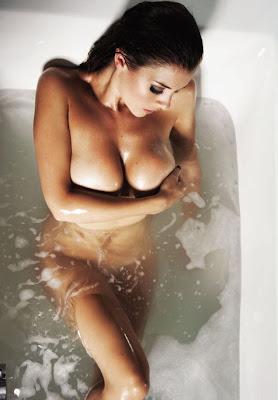 photo Imogen Thomas exposing in bathtub