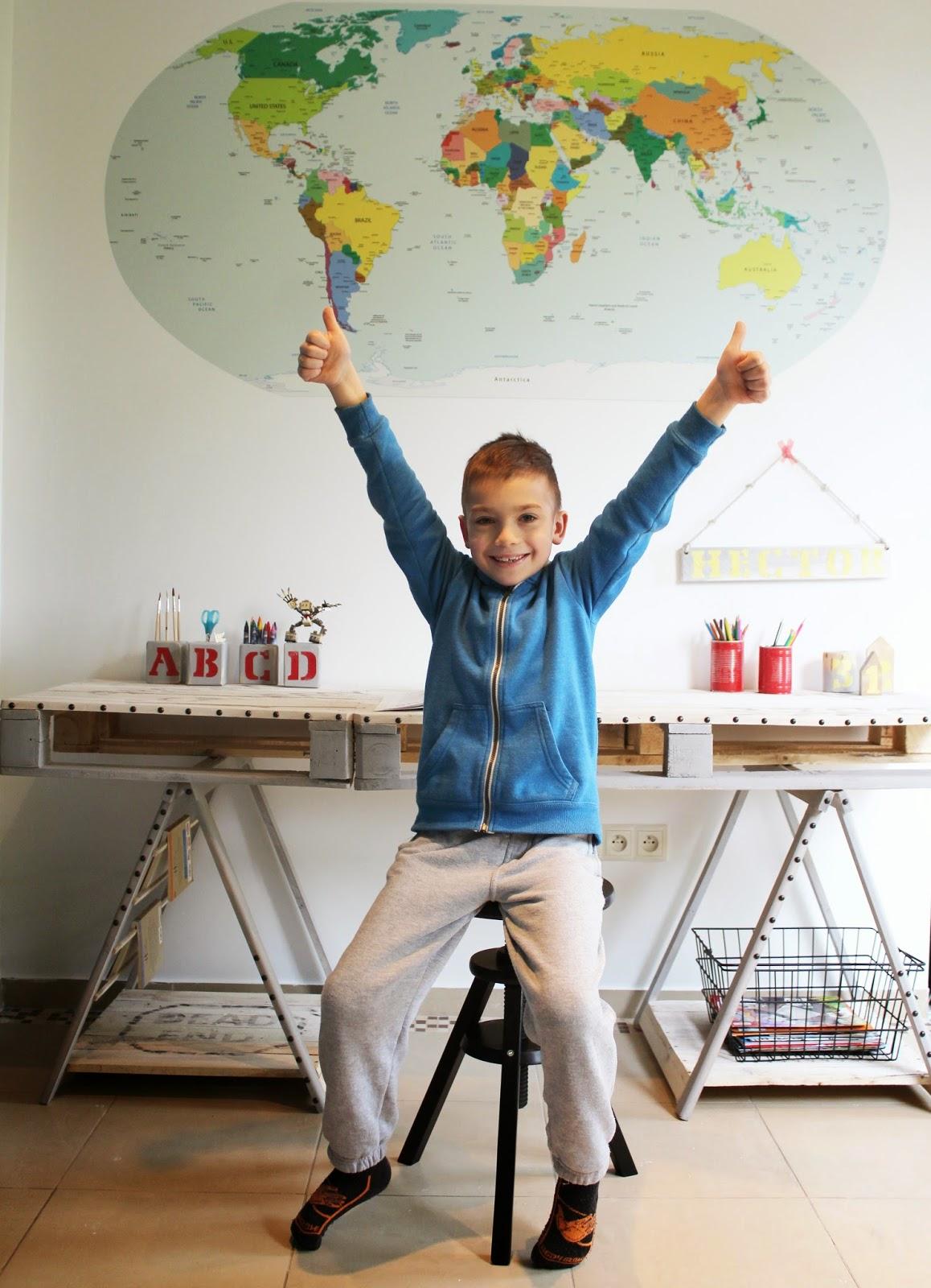 radość dziecka bezcenna,mama majsterkuje,blog majsterkowanie tutoriale,kobieta robi biurko z palet,szczecin blog DIY